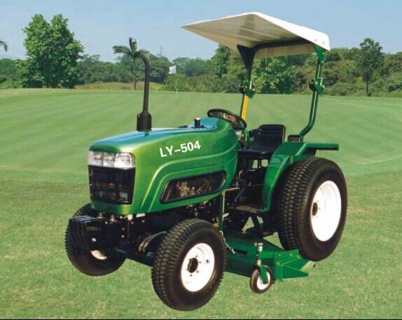 高尔夫球场专用拖拉机 本产品是专门为高尔夫球场使用而量身定制一款草坪拖拉机、具有四轮驱动、液压转向、多路阀液压输出、三点提升器、6花键国际标准PTO输出轴,能配套与进口拖拉机匹配的各种草坪机械。本产品连续多年被工商总局评为中国名牌产品,获得国家免检产品称号,并获国际OECD组织许可。本产品设计美观、操控舒适、性能卓越、坚固耐用、功能多样、价格便宜仅相当于进口产品的三分之一;质量三包、保修一年、终身服务。欢迎广大用户来电咨询选购。 选用部件 双作用离合器、全液压转向系统、气刹装置、前配重、后配重、爬行