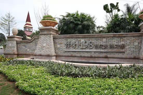 首高网讯 北京时间1月8日消息 才刚刚迎来新的2015年,成都保利高尔夫球会就接到政府有关部门对全国高尔夫球场进行的查验通知,保利高尔夫球会将于2015年1月7日-1月15日封场休业。   2014年对高尔夫球场的整治行动似乎并没有因为跨年而停止,继山盛高尔夫球场、天府乡村高尔夫球场的陆续关停,此次成都保利高尔夫球会的封场让人颇为担忧。   成都保利高尔夫球会位于举世闻名的大熊猫的故乡,中西部地区重要的中心四川成都。四川素称天府之国,既有山川俊美的自然风貌,又有秀冠华夏的历史人物,在这里,自然、人