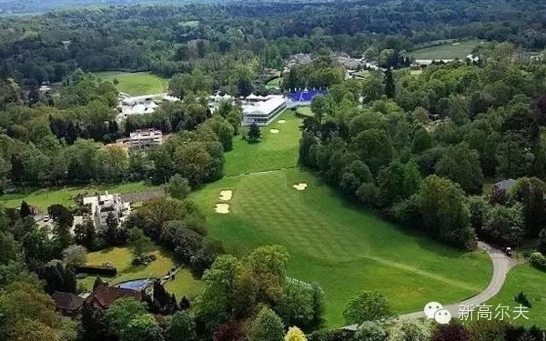 宝马PGA锦标赛时的18号洞果岭   在文章开头提到的长达15页的律师信中,还有着温特沃斯社区对俱乐部的种种禁令,这些禁令若一旦实施的话,今年的欧巡旗舰赛宝马PGA锦标赛都有可能遭遇重创。   温特沃斯居民委员会(WRA),代表该社区的1100名住户,对今年5月26日至29日将在温特沃斯高尔夫俱乐部举行的赛事推广活动表示了反对,并暗示如果推广活动发生的话,就将采取法律行动。据悉,这次推广活动预计将花费550万美元。   这些活动包括赛事举办期间搭建帐篷、布置广告牌、第三轮比赛(28日)结束后Mi