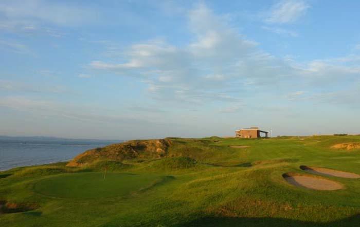 大连长兴岛高尔夫度假村长兴岛高尔夫球场,坐落在长江以北的第一大岛,中国五大岛之一的长兴岛上。球场的设计,充分利用了长兴岛天造地设、鬼斧神工的优美自然环境,建成了苏格兰林克斯风格的,亚洲最好的海滨沙丘高尔夫球场。 长兴岛高尔夫球场,18条球道洞洞见海,堪称绝配。在海风吹拂中形成的砂丘、溪谷中,各种美丽的植物争奇斗艳,漫山遍野的薰衣草, 述说着海的浪漫;蜿蜒曲折的小河、变化莫测的海风与碧海、蓝天、阳光、绿地,一幅绝美的油画浑然天成。 球场于2015年11月17日封场.